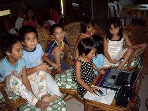 anak-anak bermain dengan laptop